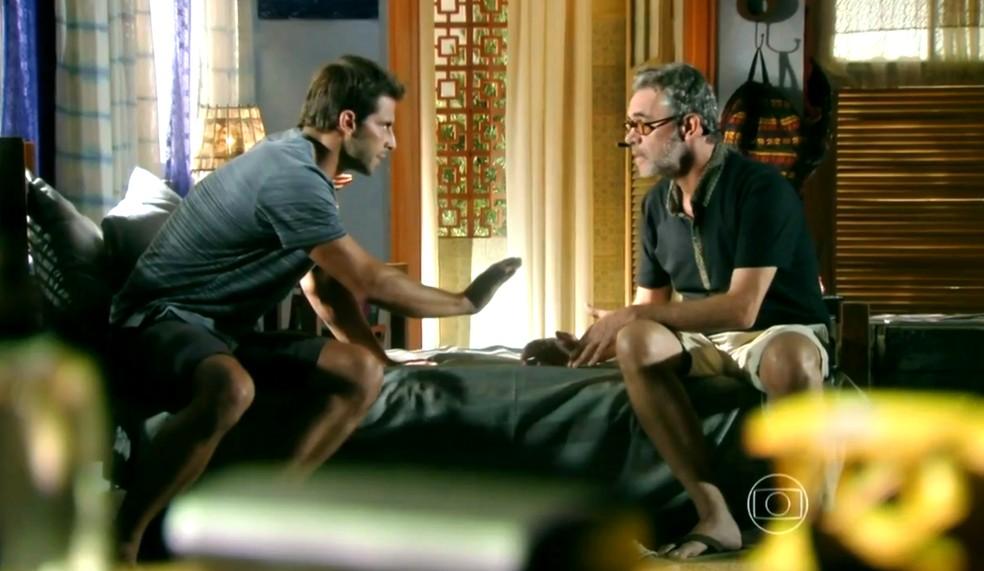 Duque (Jean Pierre Noher) é intimado por Cassiano (Henri Castelli) a participar de um plano contra Alberto (Igor Rickli) - 'Flor do Caribe' — Foto: Globo