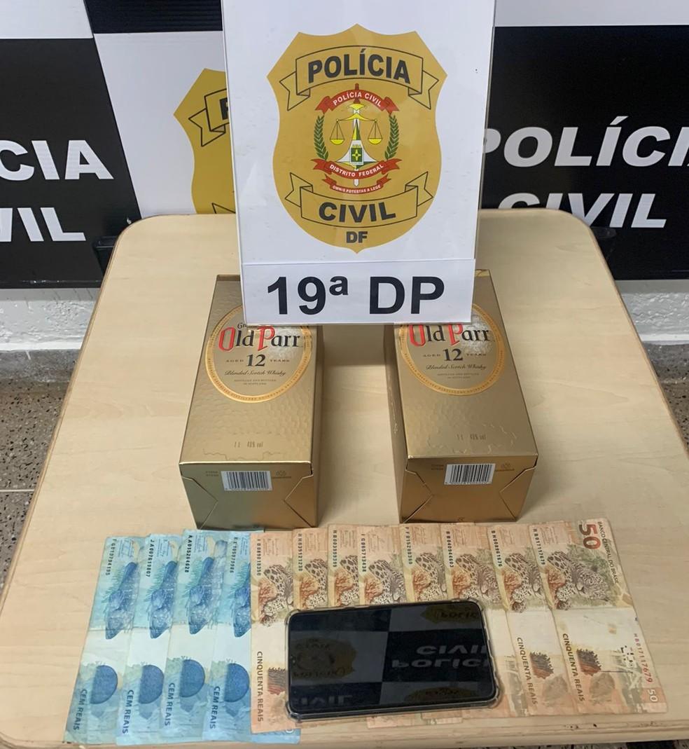 Funcionária é presa suspeita de furtar uísque e energéticos em distribuidora no DF — Foto: PCDF/Divulgação