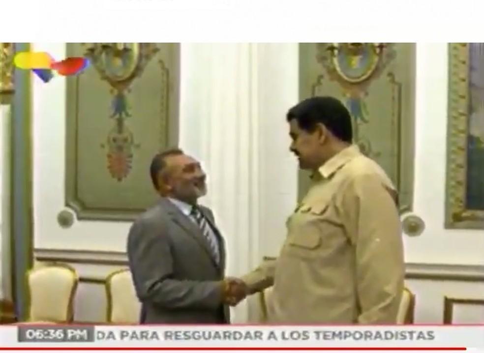 Senador Telmário Motta (PROS-RR) cumprimenta Nicolás Maduro — Foto: Reprodução
