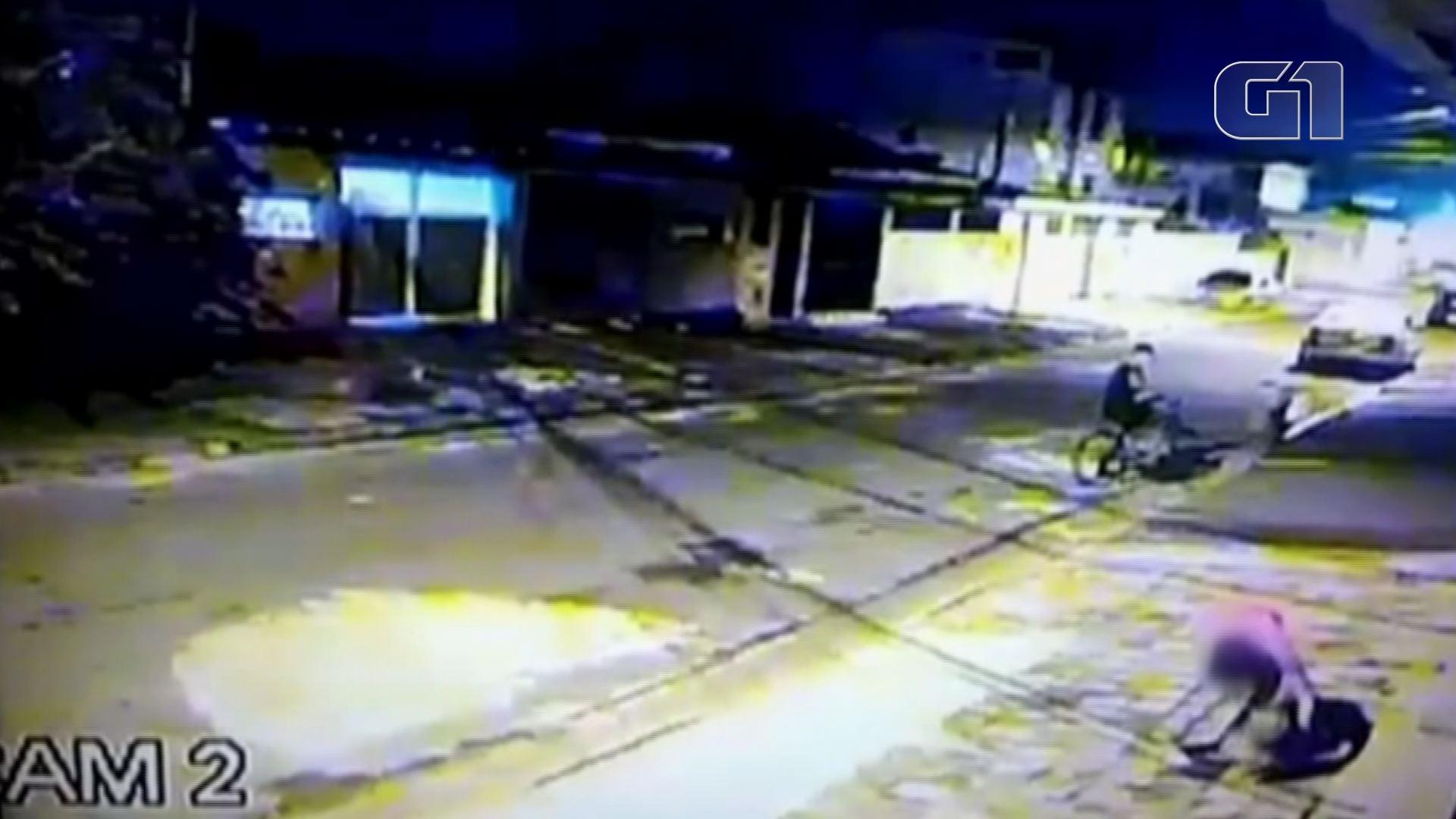 Imagens flagram cachorro sendo levado por casal da porta de casa em SP; vídeo