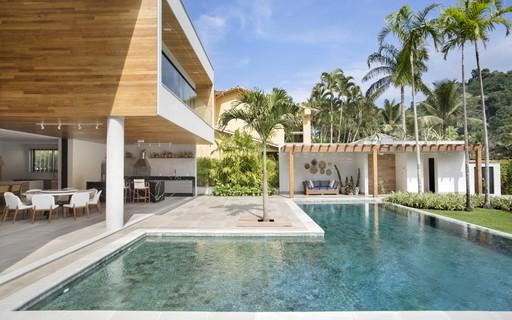 Casa de veraneio tem área social e de lazer totalmente integradas