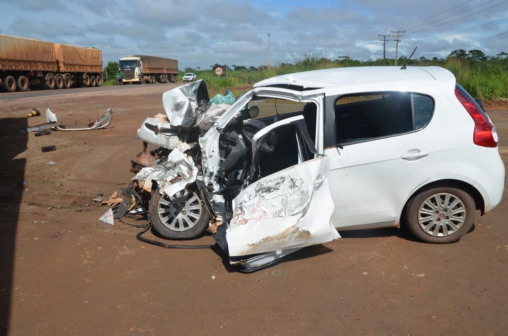 Carro ficou destruído na colisão  (Foto: Rogério Aderbal/G1)