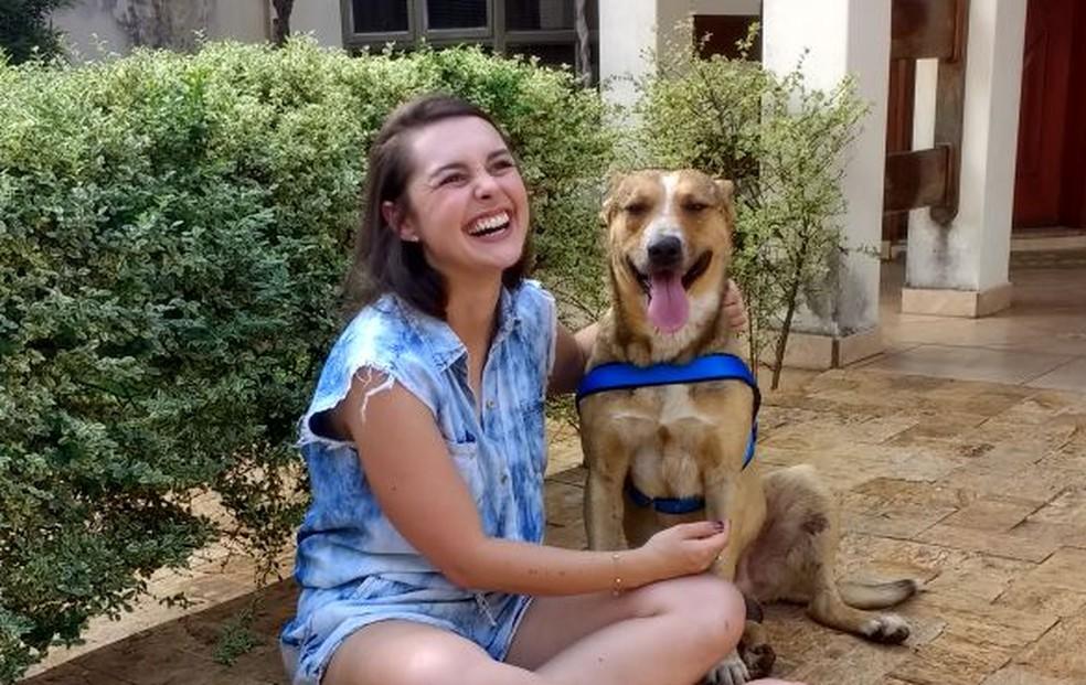 Marília com o cachorro em laranjal Paulista (Foto: Arquivo Pessoal/Marília Pieroni)
