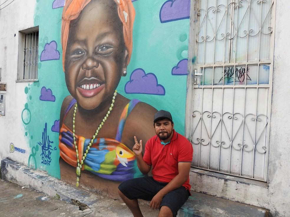 Artista faz grafites em Manaus há 17 anos. (Foto: Ariane Alcântara/G1 AM)
