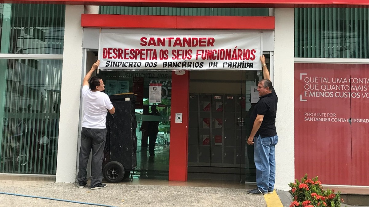 Bancários de agências do banco Santander em João Pessoa paralisam atividades