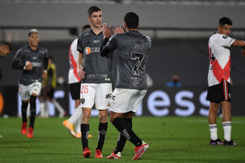 Hulk e Nacho comemoram o gol da vitória contra o River  — Foto: Conmebol