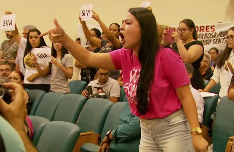 -  Estudantes protestaram a favor do projeto que derrubava decreto do prefeito de Pouso Alegre  MG   Foto: Reprodução / EPTV