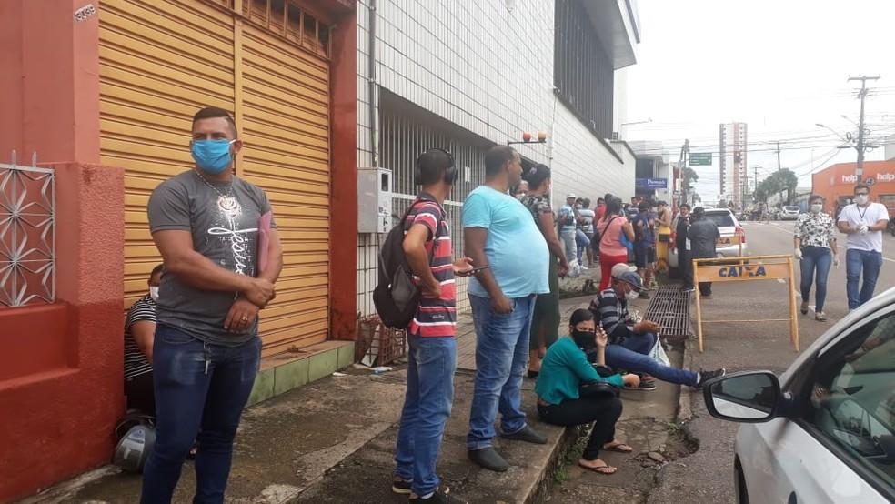 Fila na Caixa Econômica na área central de Porto Velho  — Foto: Iule Vargas/G1