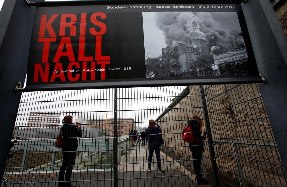 Visitantes caminham ao lado de restos do Muro de Berlim no museu Topografia do Terror, localizado no local da antiga sede nazista da Gestapo e SS. Nesta sexta (9), a Alemanha celebra o 80º aniversário da 'Noite dos Cristais'  — Foto: Fabrizio Bensch/ Reuters