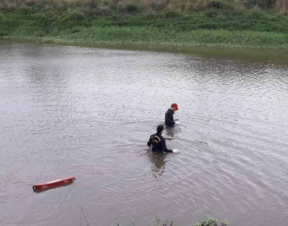 Bombeiros foram acionados ao local para retirar o corpo do rio em União dos Palmares, AL — Foto: Polícia Civil