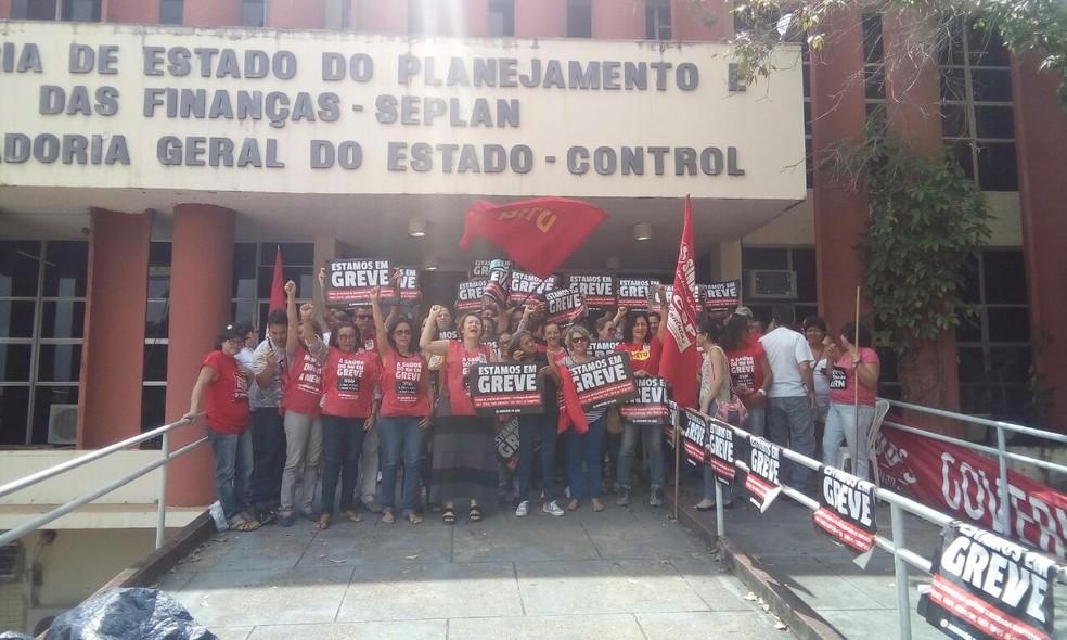 Professores da Uern e servidores da Saúde ocupam prédio da Secretaria de Planejamento no RN (Foto: Divulgação/Aduern)