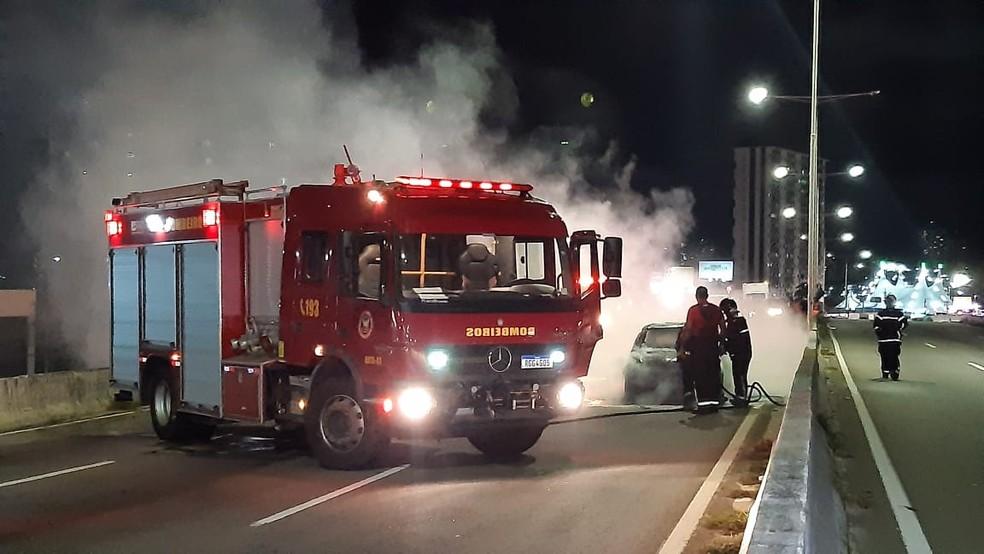 Bombeiros controlaram as chamas do carro incendiado na BR-101 — Foto: Sérgio Henrique Santos/Inter TV Cabugi