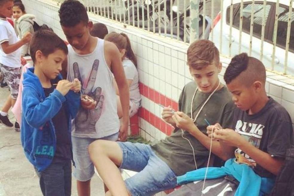 Meninos fazem crochê em escola de Itajaí (Foto:  Willian Goe/Divulgação)