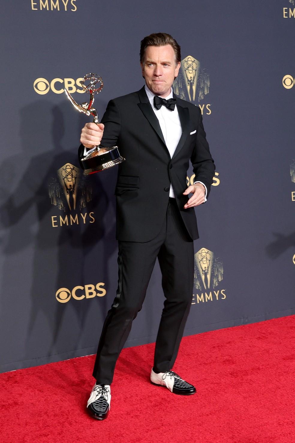 Ewan McGregor mostra o prêmio que ganhou no Emmy 2021 — Foto: Rich Fury/Getty Images North America/Getty Images via AFP