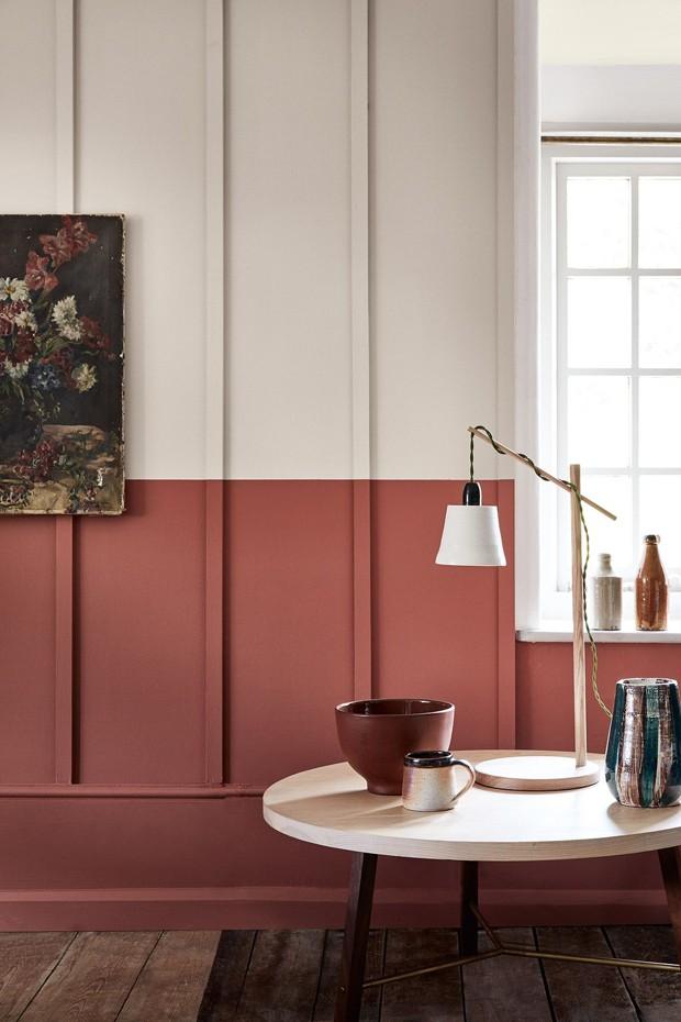 Décor do dia: tons terrosos e parede bicolor na sala (Foto: Divulgação)