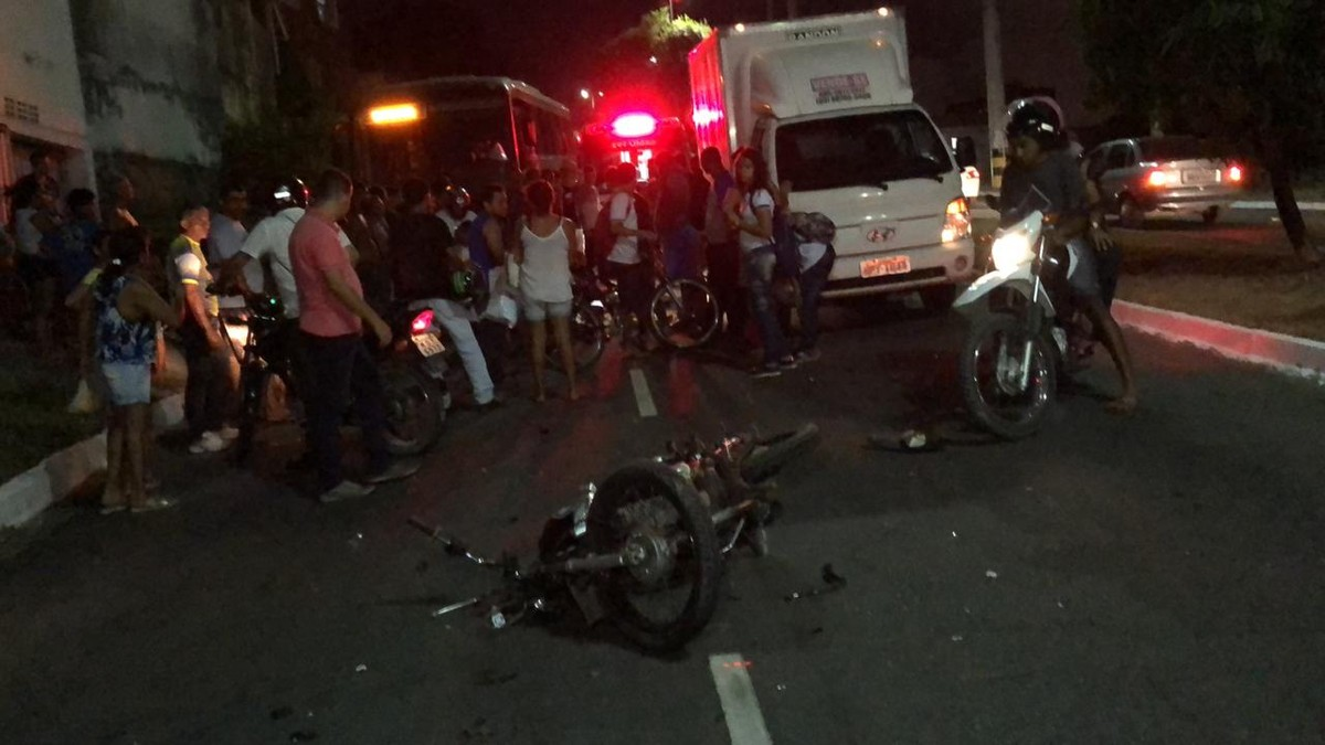 Pai e filha de 8 anos morrem após acidente entre moto e caminhão; vítimas não usavam capacetes