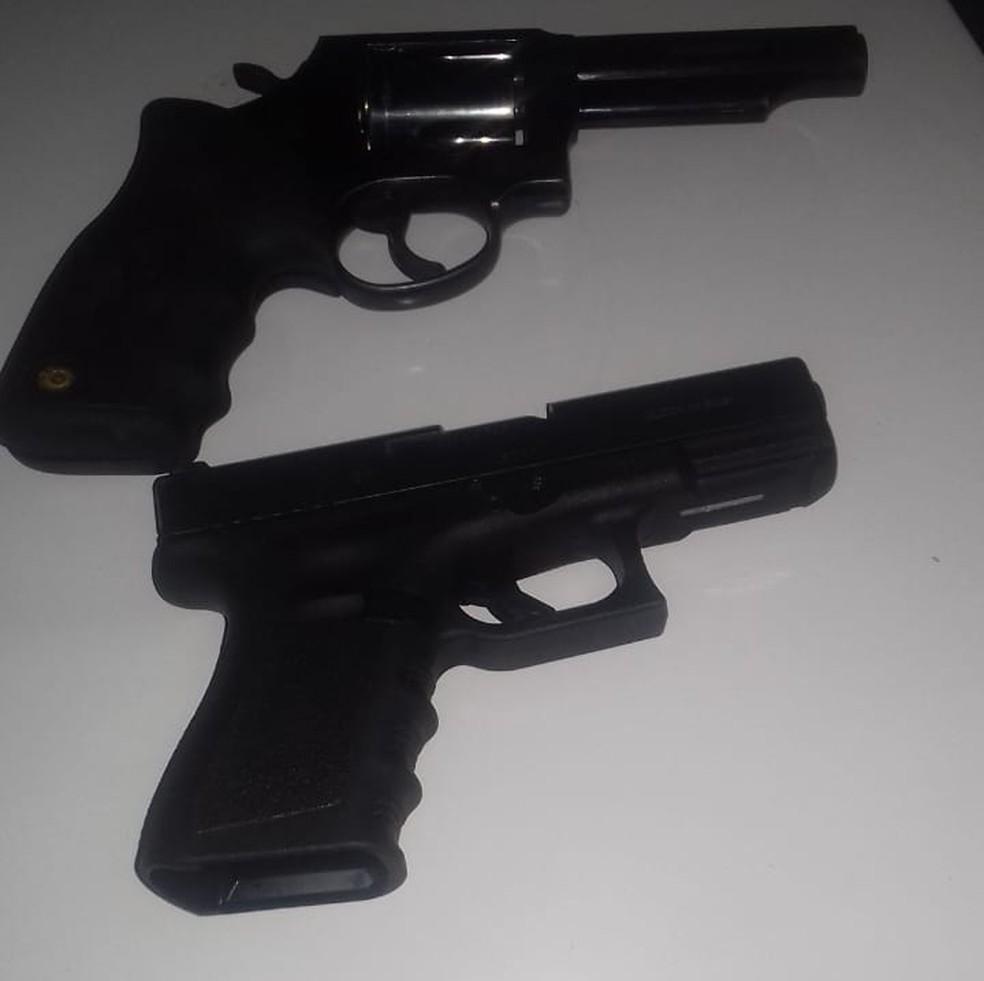 Duas armas que estavam com os suspeitos foram apreendidas (Foto: Polícia Militar de MT)