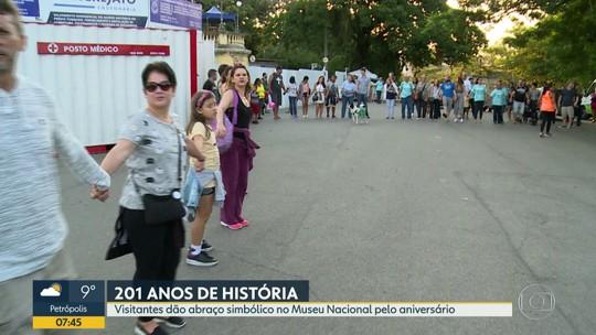 Visitantes dão abraço simbólico no Museu Nacional para comemorar 201 anos de fundação