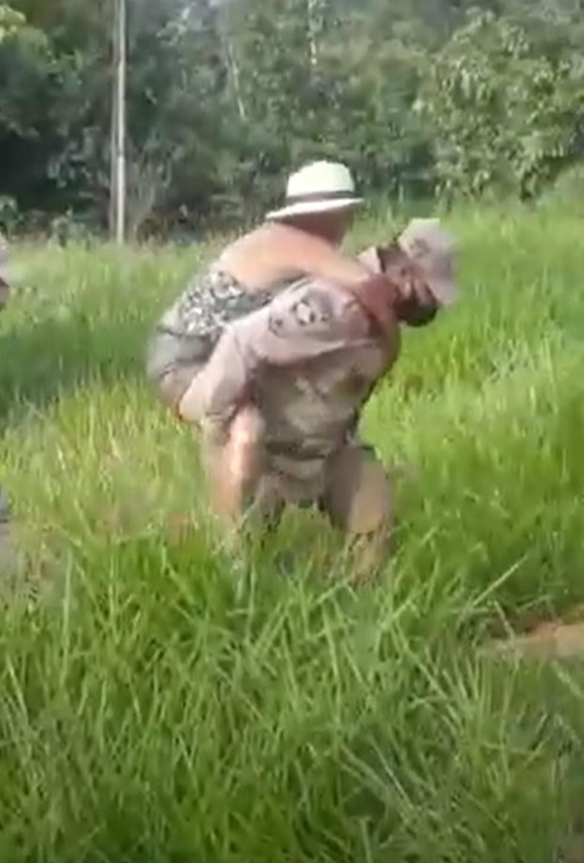 Bombeiro carregou mulher que disse ter sido atacada por cobra em Alta Floresta dentro de um lago — Foto: Nativa News