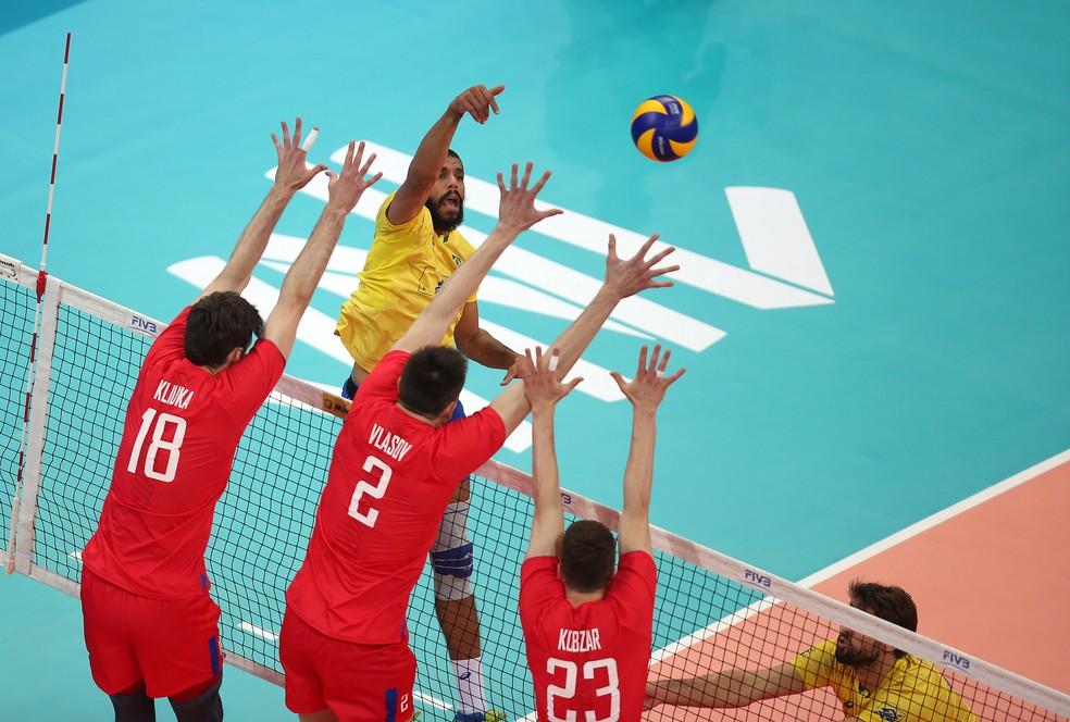 Wallace encara o bloqueio russo na vitória brasileira (Foto: Divulgação/FIVB)