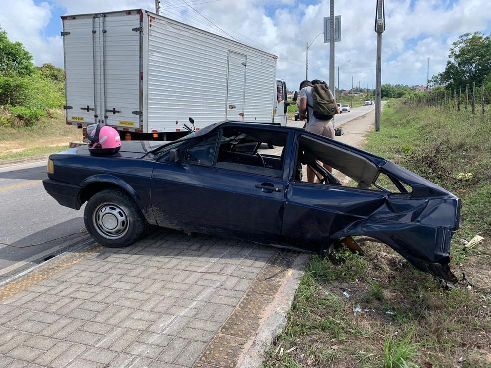 Carro ficou dividido em duas partes após batida em poste, na Grande Natal. — Foto: Anna Alyne Cunha/Inter TV Cabugi