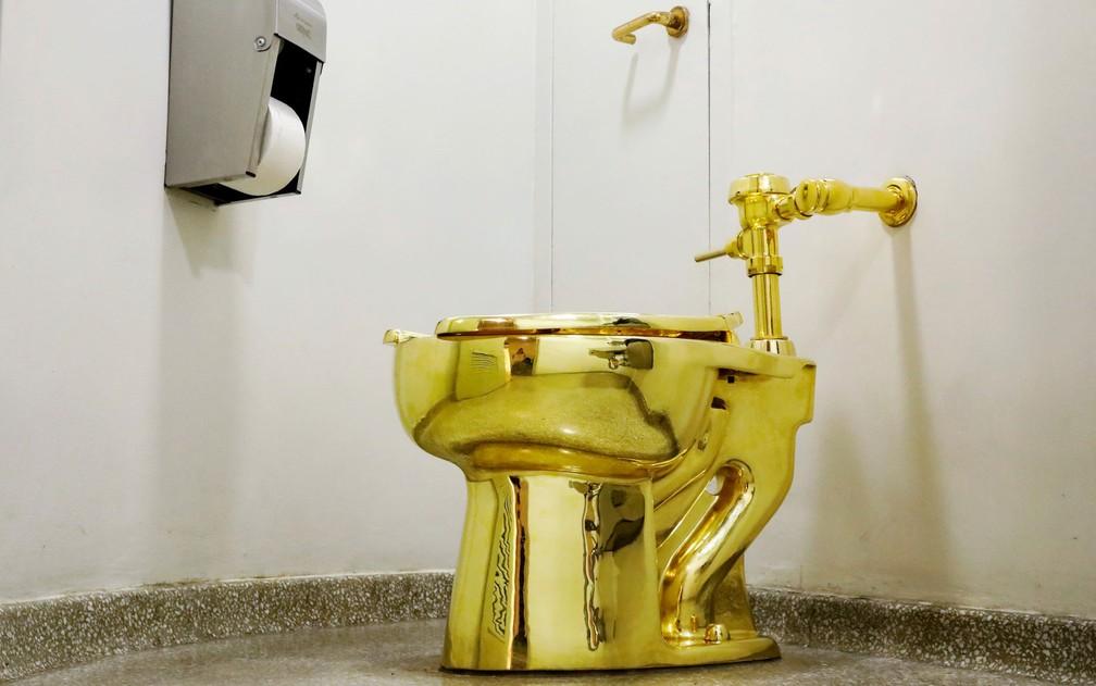 O vaso sanitário de ouro 'America', do italiano Maurizio Cattelan, em foto de 30 de agosto de 2017 (Foto: Reuters/Brendan McDermid)