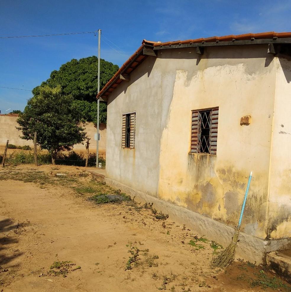 Homem foi encontrado morto dentro de casa (Foto: Polícia Militar/Divulgação)