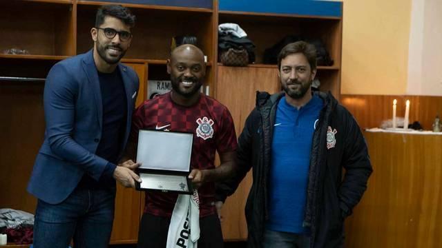 Em Quito, Vagner Love recebeu placa por 100 jogos pelo Corinthians
