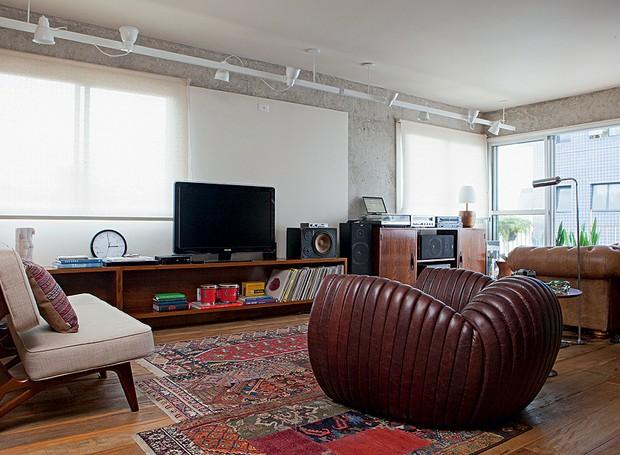 O apartamento decorado pelo arquiteto Gustavo Calazans tem materiais rústicos, como o concreto aparente, a madeira de demolição e os tijolos à vista. O resultado ficou jovem e masculino (Foto: Lufe Gomes/Casa e Jardim)