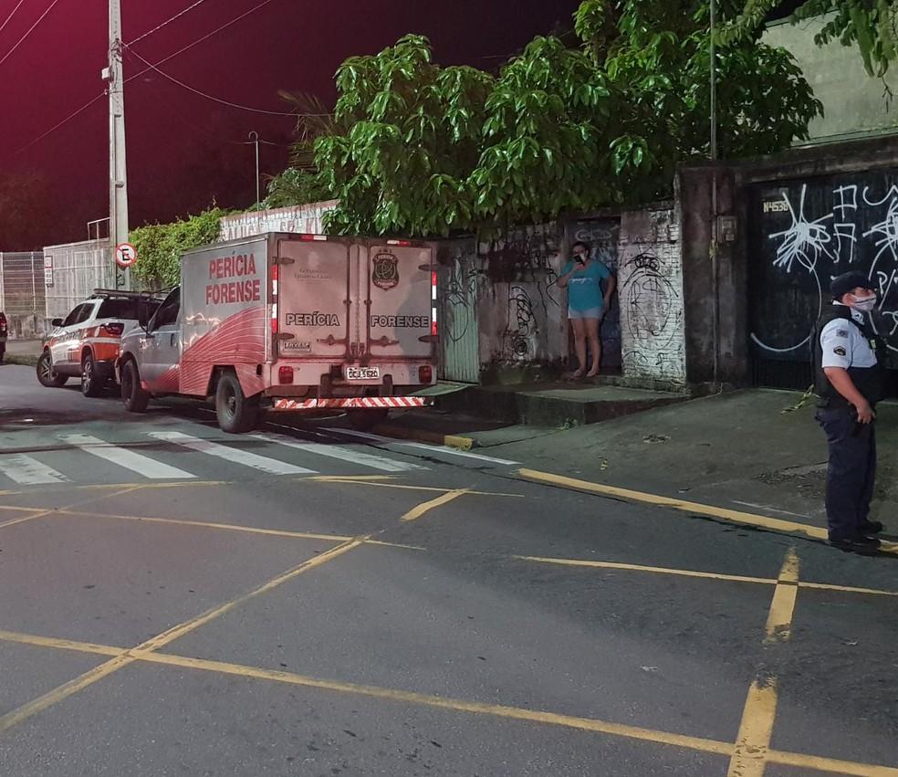 Perícia Forense e Polícia Civil investigam morte de mãe e filhas em Fortaleza — Foto: Rafaela Duarte