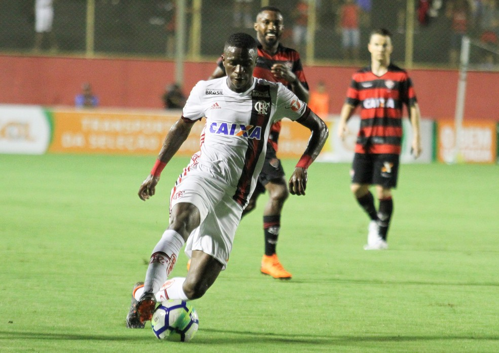 Novo titular, Vinicius Junior começou bem, mas teve que mudar de posição por conta da expulsão de Everton Ribeiro (Foto: TIAGO CALDAS/FOTOARENA/ESTADÃO CONTEÚDO)