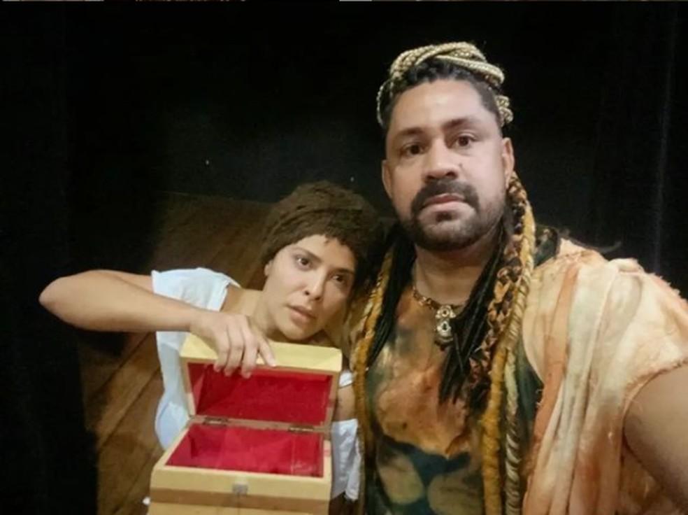 Valdsom é diretor e roteirista da peça que também contracena com a atriz Gyselle Soares — Foto: Reprodução Instagram