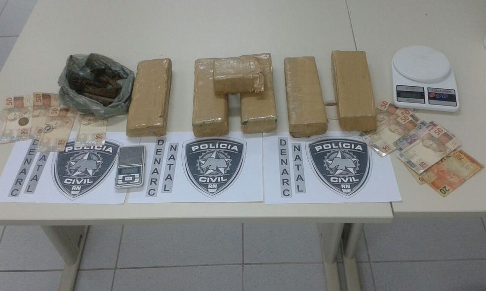 Material foi apreendido com suspeita de tráfico na Vila de Ponta Negra, Zona Sul de Natal (Foto: Polícia Civil/Divulgação)