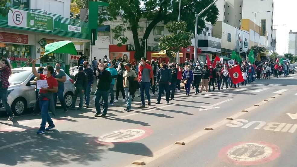 Protesto em Cascavel reuniu diversas pessoas, entre elas estavam integrantes de movimentos sociais, partidos políticos, estudantes — Foto: Hugo Mendes/RPC