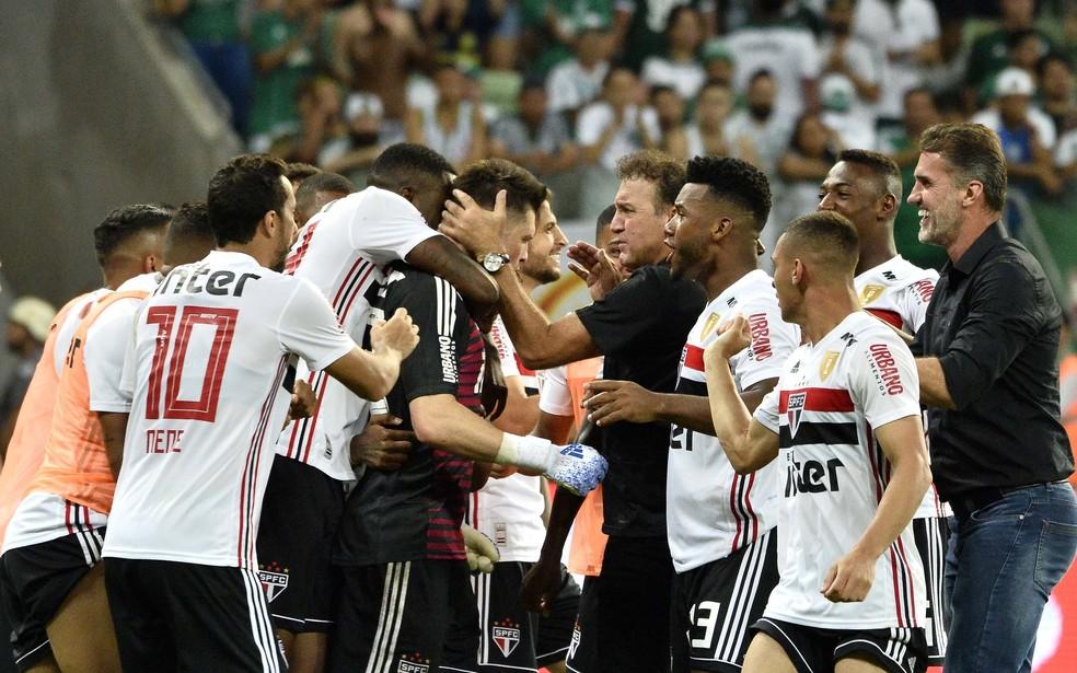 Cuca dá apoio aos jogadores depois da conquista da vaga na final — Foto: Marcos Ribolli