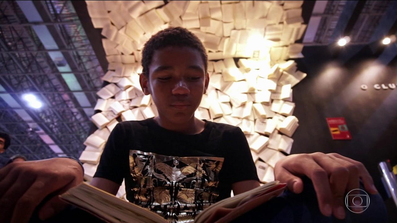 Jovem leitor encontra nos livros um jeito de mudar a própria realidade