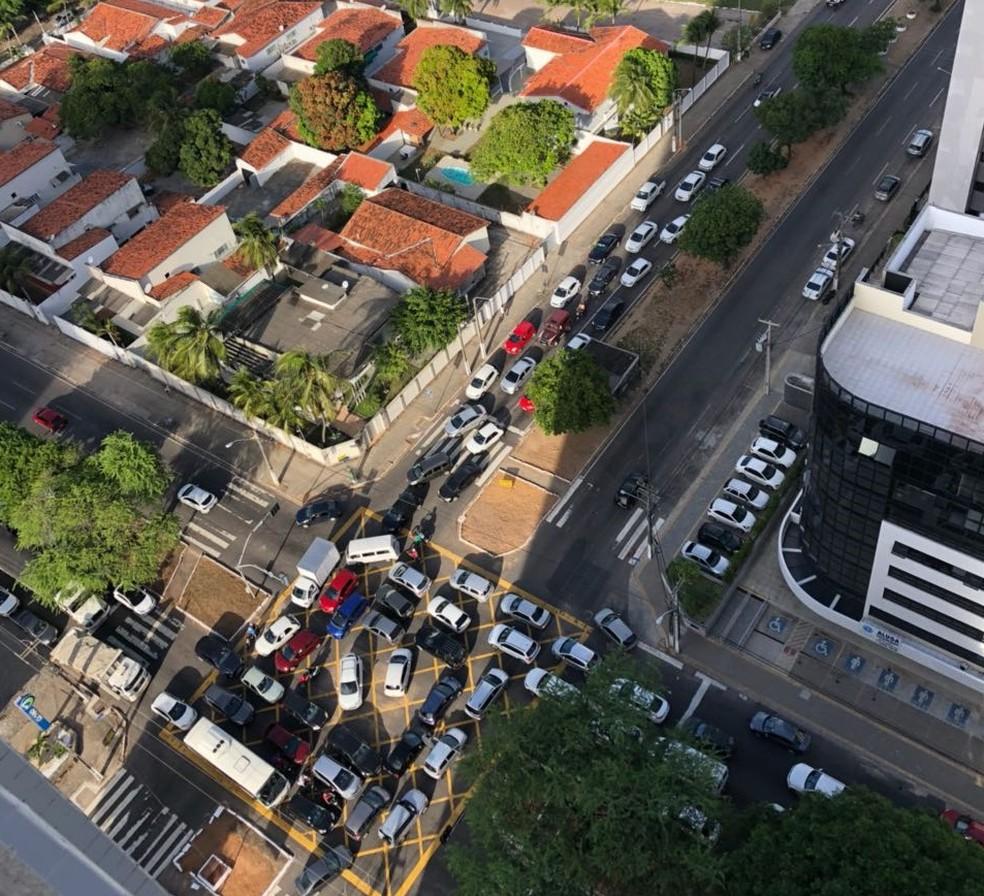 Com semáforos parados, principais cruzamentos de Natal travaram (Foto: Helena Duarte)