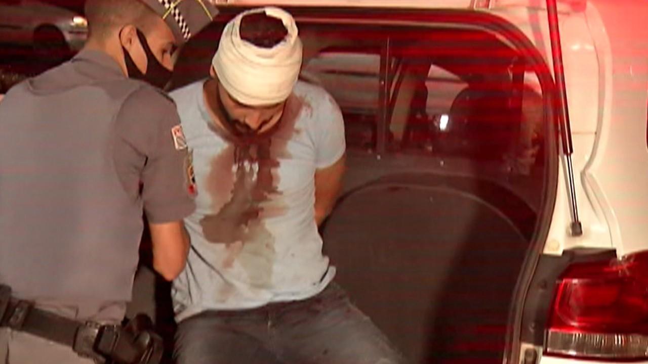 Homem é imobilizado pela polícia depois de esfaquear ex-mulher e fazer reféns