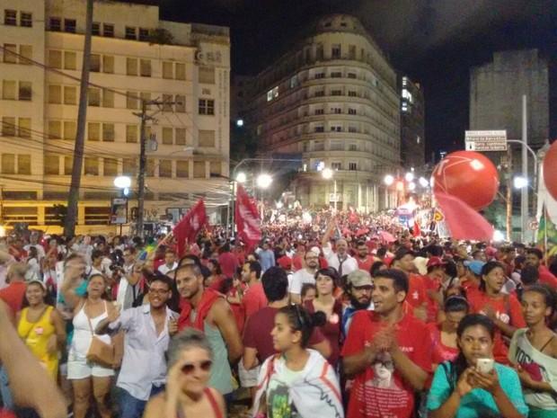 Manifestantes começaram a chegar na Praça Castro Alves, pouco depois das 18h (Foto: Maiana Belo/G1 Bahia)