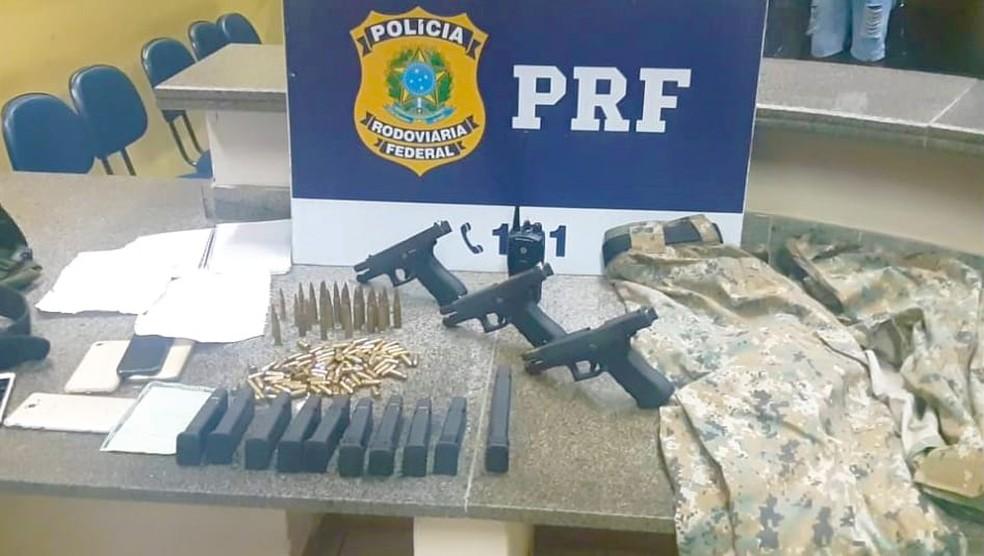 Grupo que atua em milícia da Zona Oeste do Rio e da Baixada foi preso com armas, munições e R$ 23 mil.  — Foto: Divulgação/PRF