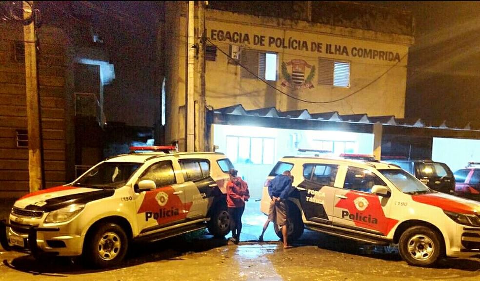 Casal foi preso ao usar os próprios filhos para ajudar no tráfico de drogas em Ilha Comprida (SP) — Foto: G1 Santos