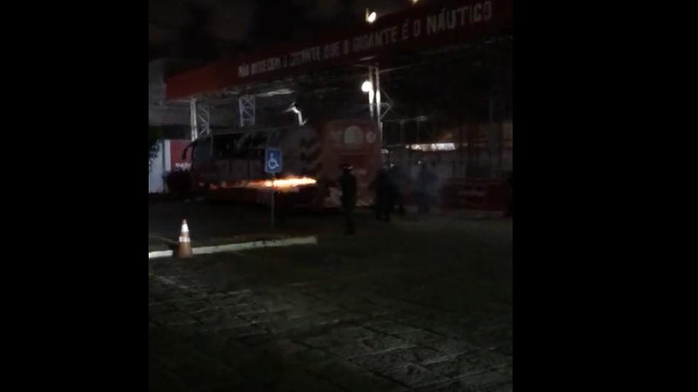 Protesto de torcedores do Náutico é dispersado com tiros de borracha e bombas — Foto: Reprodução