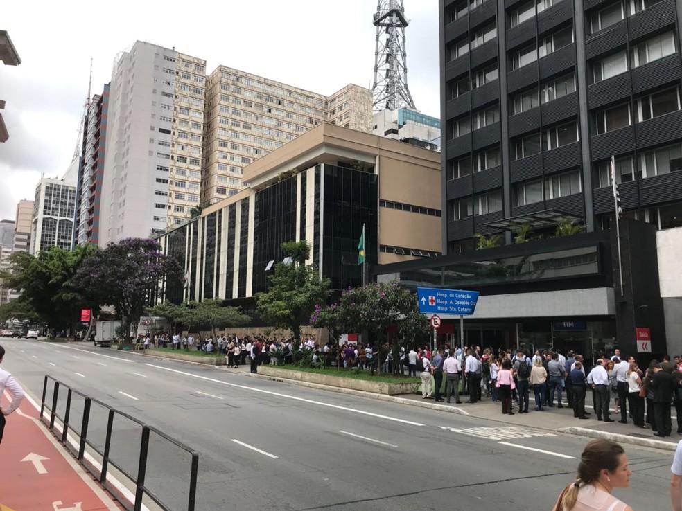 Prédios são esvaziados na Avenida Paulista (Foto: Anderson Colombo/TV Globo )
