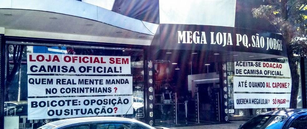 6d76eb480215d ... Loja oficial do Corinthians no Parque São Jorge faz protesto contra a  falta de produtos —