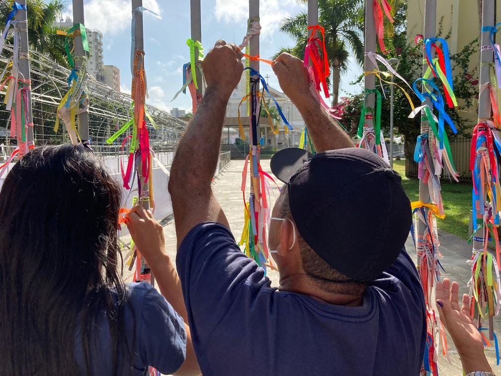 Círio de Nazaré 202Círio de Nazaré 2021: Fiéis colocam fitas em promessas e agradecimentos a Nossa Senhora de Nazaré próximo à Basílica em Belém — Foto: Eduardo Quemel/G1