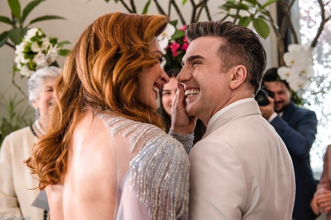 Claudia Raia posta fotos do casamento e se declara para marido