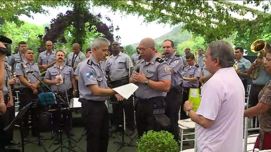 Banda da PM faz 'concerto-manifesto' em cemitério para homenagear os 114 PMs mortos no RJ
