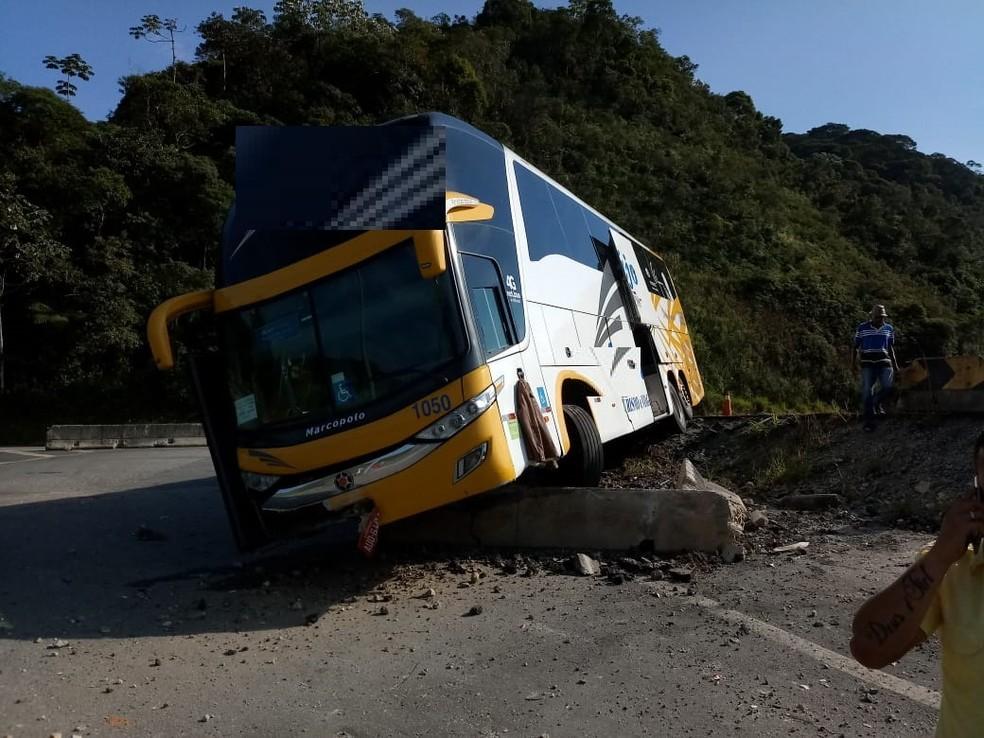 Segundo a Concer, 18 pessoas estavam dentro do coletivo que saiu de Brasília em direção ao Rio — Foto: Ádison Ramos/ Inter TV