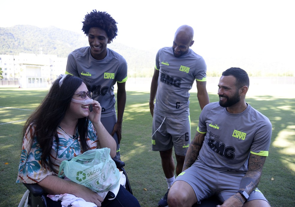 Melissa se diverte com jogadores do Vasco — Foto: André Durão