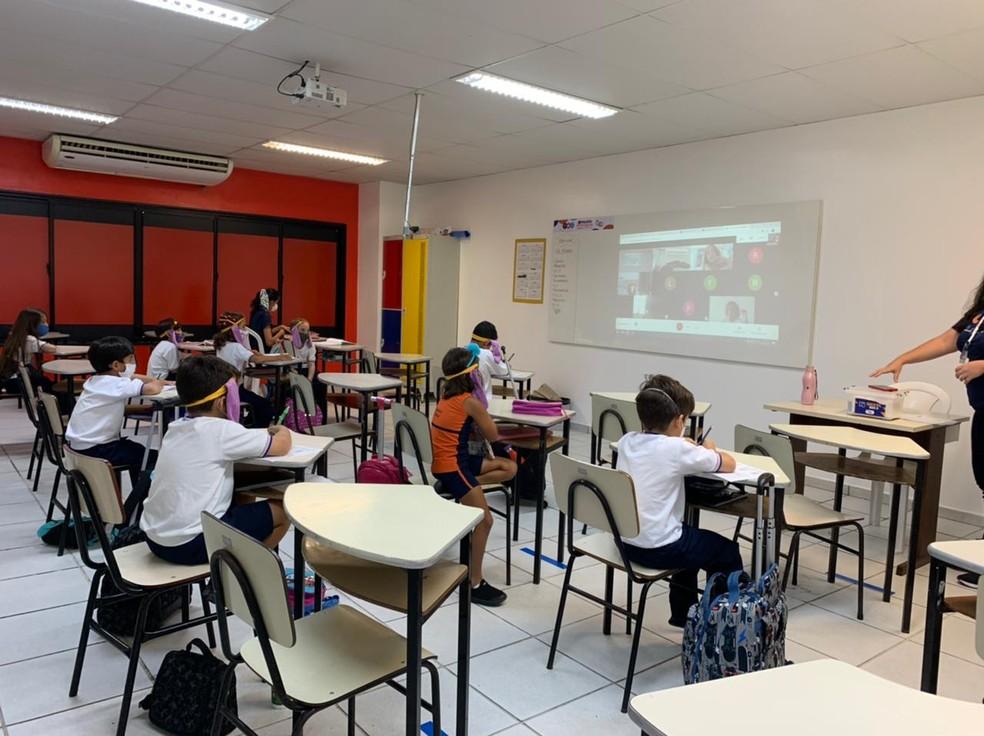 Com divergência entre decretos do estado e do município, escola de Natal manteve aulas presenciais nesta segunda-feira (1º). — Foto: Anna Alyne Cunha
